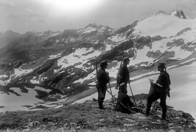Patrouille auf dem Lattenhorn, Blick gegen Cima di val Loga