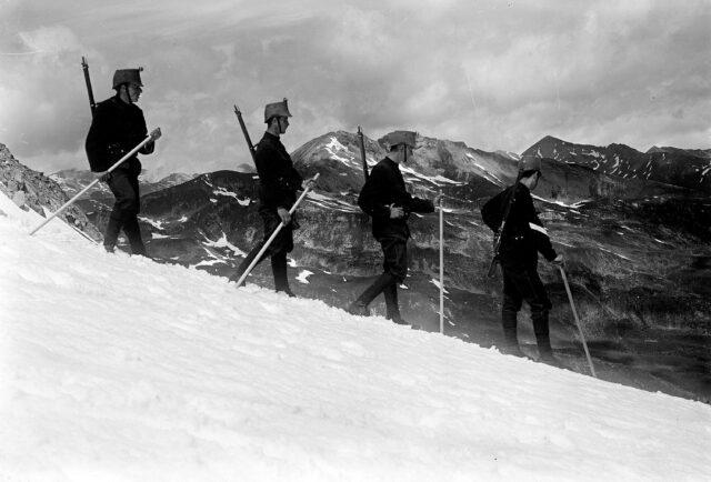 Patrouille beim Abstieg vom Lattenhorn, im Hintergrund Rheinwaldgruppe