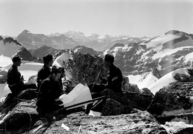 Offizierspatrouille auf das Surettahorn. Blick auf die Berninagruppe