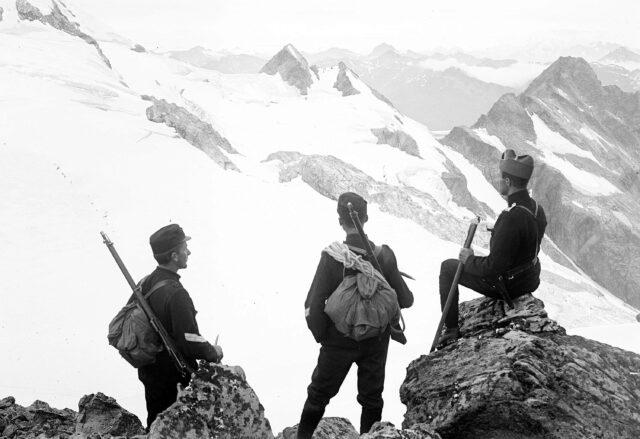 Offizierspatrouille auf dem Sattel zwischen Surettatal und Val d'Ernet