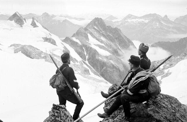 Offizierspatrouille. Blick auf den Surettagletscher, nach dem Rheinwald- und Tödigebiet