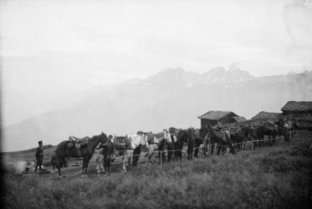 Vorbereitungen der Saumkolonne zum Aufbruch aus dem Biwak