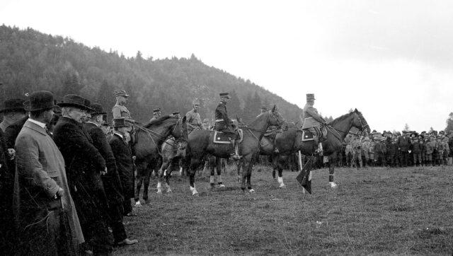 Armee und Div Kdo mit Gästen vor dem Defilee