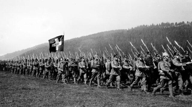 Bat 14 mit seiner Fribourg-Fahne beim Defilee