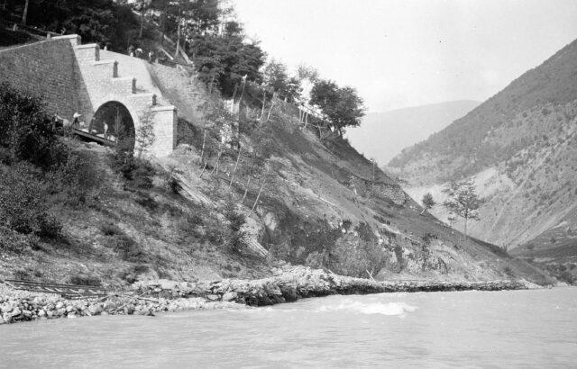 Sappeure beim Arbeiten am Eisenbahntunnelportal von Bovernay