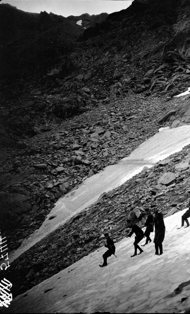 Offizierspatrouille am Erkunden, Abstieg auf Schneefeld