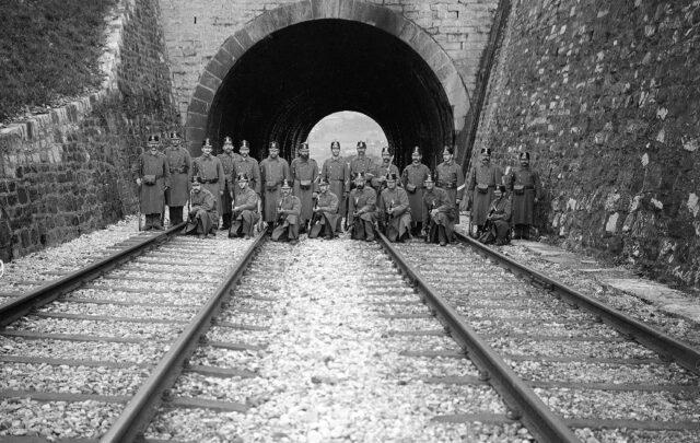 Tunnel und Brücke von Châtelard mit Wachtmannschaft