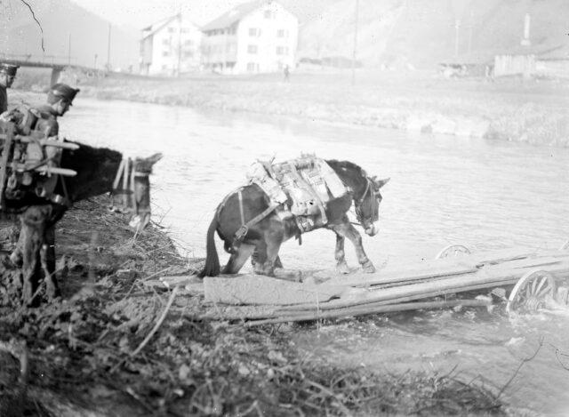 Mitrailleure beim Ueberschreiten der Birs mittels einer Notbrücke