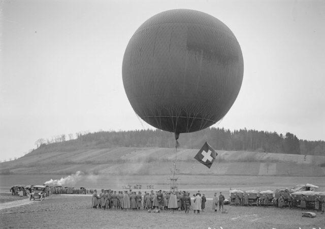 Ein zum Fesselballon umgestalteter Freifahrtballon