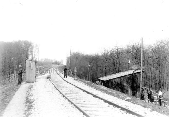 Der Krieg unterbindet den Eisenbahnverkehr. Der Grenzstacheldrahtzaun geht mitten über die Geleise