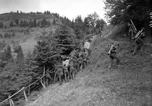 Im steilen Gelände werden die Maschinengewehre von der Mannschaft getragen