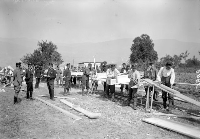 Offiziere beim Besichtigen der Luftschachtproduktion