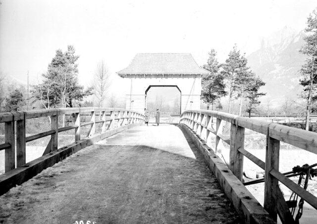 Die Fahrbahn der neuen Holzbrücke
