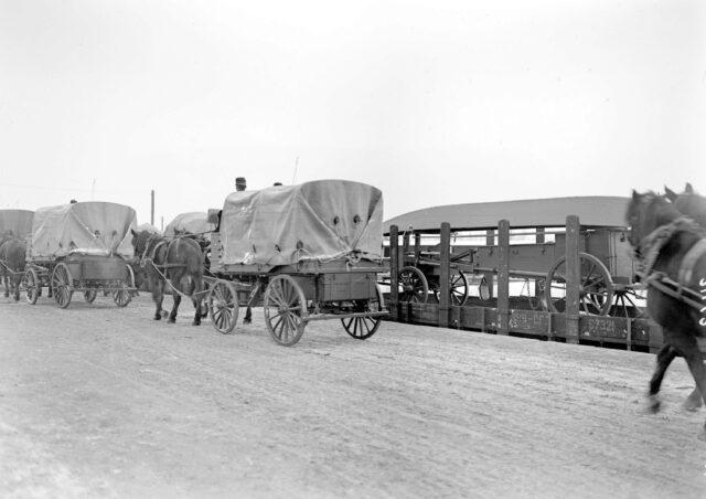 Geniewagen werden zum Verlad auf die Eisenbahn gebracht