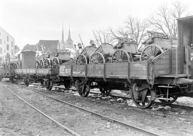 Mit Fuhrwerken beladene Eisenbahnwagen