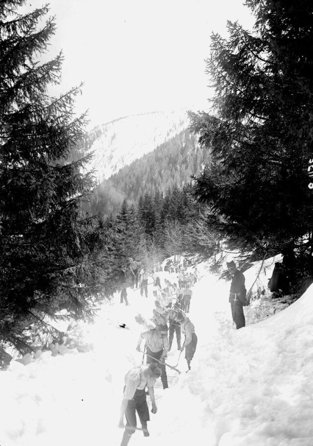 Freischaufeln der Strasse vom Schnee