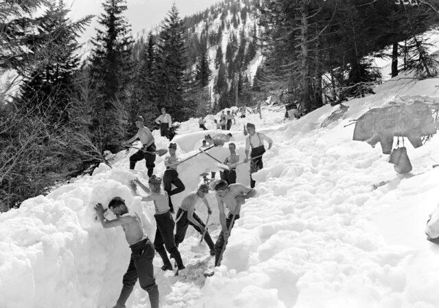 Schwieriges Schneeräumen im Tiefschnee