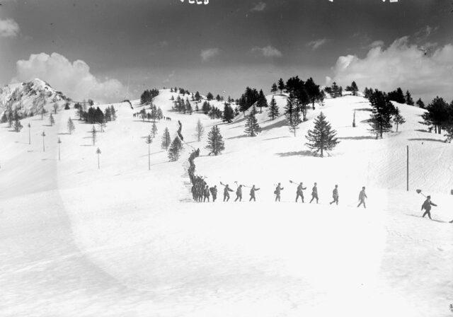 Die Sodaten beim Abstieg nach den Schneeräumarbeiten