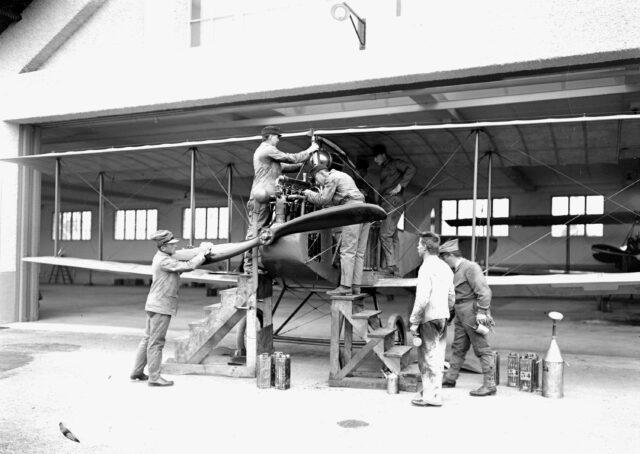 Instandhaltungsarbeiten am Motor des Doppeldeckers