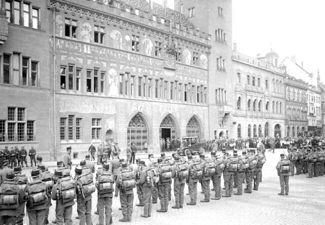 Bilder vom Fahnenakt in Basel. Die Abholung der Bataillons Fahnen des Basler Regiments bei der Ablösung der 1. Division