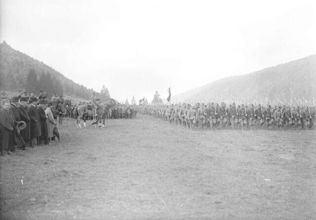 Defilee der Division 2 vor dem General