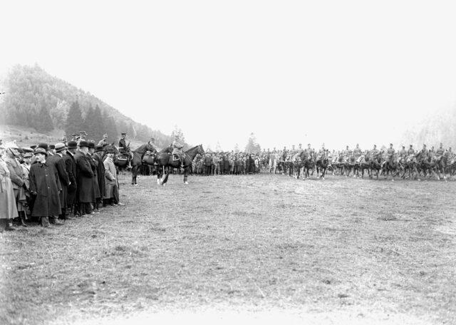Die Artillerie beim Defilee vor dem General und den Behördenvertretern