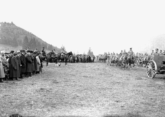 Die Artillerie beim Defilee vor dem General und seinem Generalstabschef