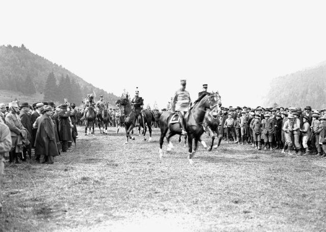 Der General und sein Stab beim Ritt durch die Menge