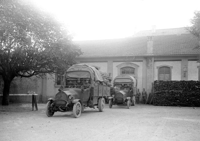 Abteilungransport des Brotes an die Truppe mit Lastwagen
