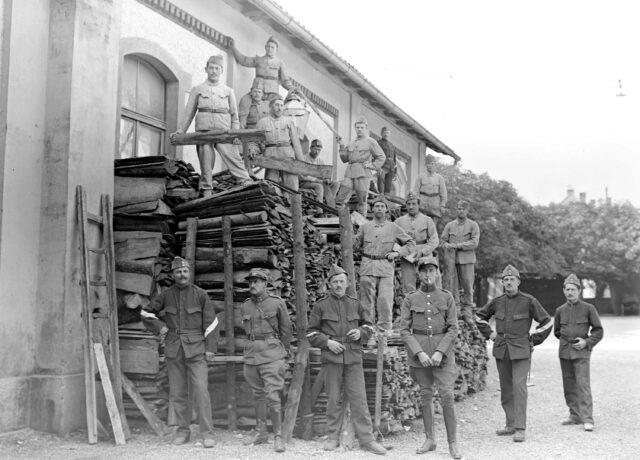 Die Bäcker beim Holzstapeln