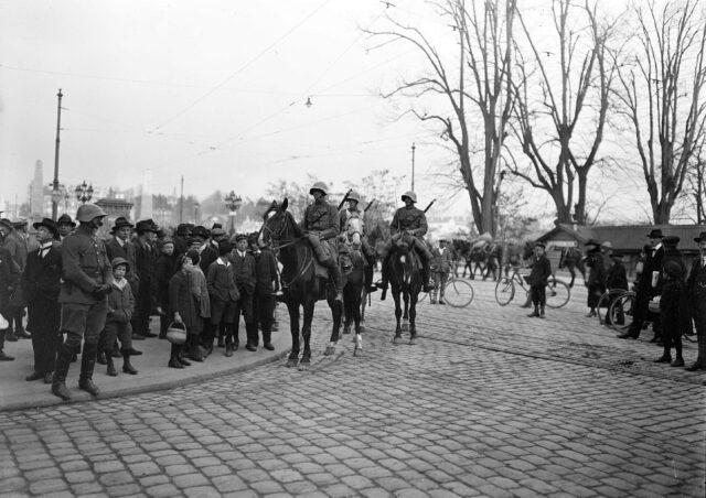 Kavallerie Patrouille auf dem Kornhausplatz während des Landesstreiks