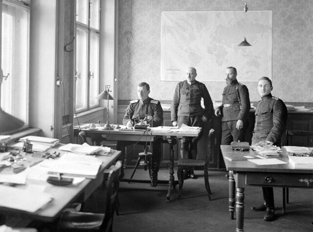 Offiziere im Büro des Automobildienstes