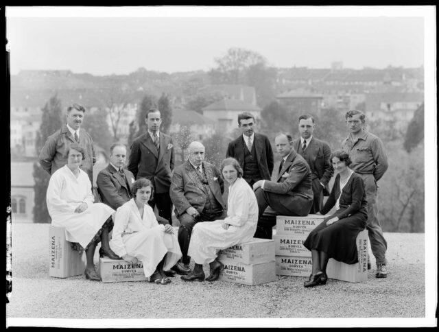 Gruppenporträt der Firma «Corn Products Co. Ltd», zwölf Personen