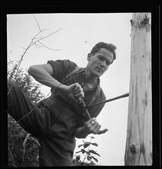 Soldat mit Bohrer beim Holzbunkerbau