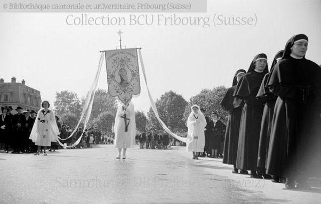 Fribourg: Fête-Dieu: étendard de sainte Elisabeth et soeurs