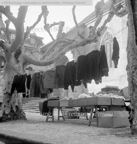 Broye, Estavayer-le-Lac, rue Saint-Laurent: étal d'un marchand d'habits