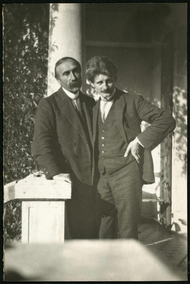 William Ritter et Janko Cadra debout sur une terrasse