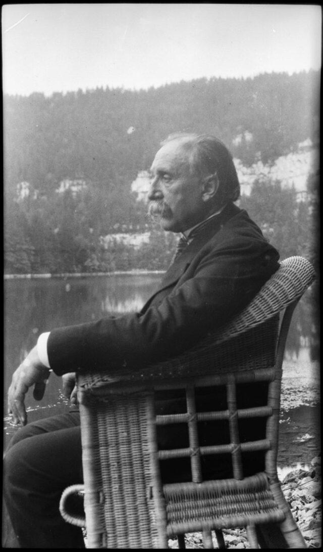 William Ritter, assis dans un fauteuil, au saut du Doubs