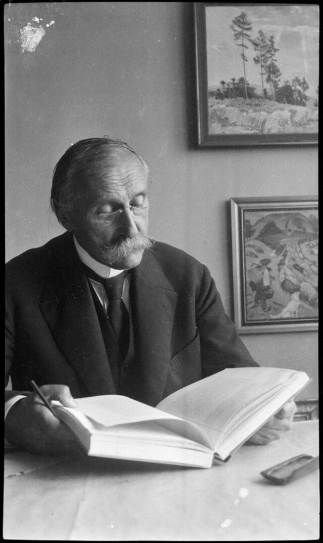 William Ritter lisant à sa table de travail à Brno (aujourd'hui République Tchèque)