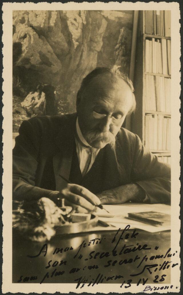 William Ritter écrivant à sa table de travail à Bissone