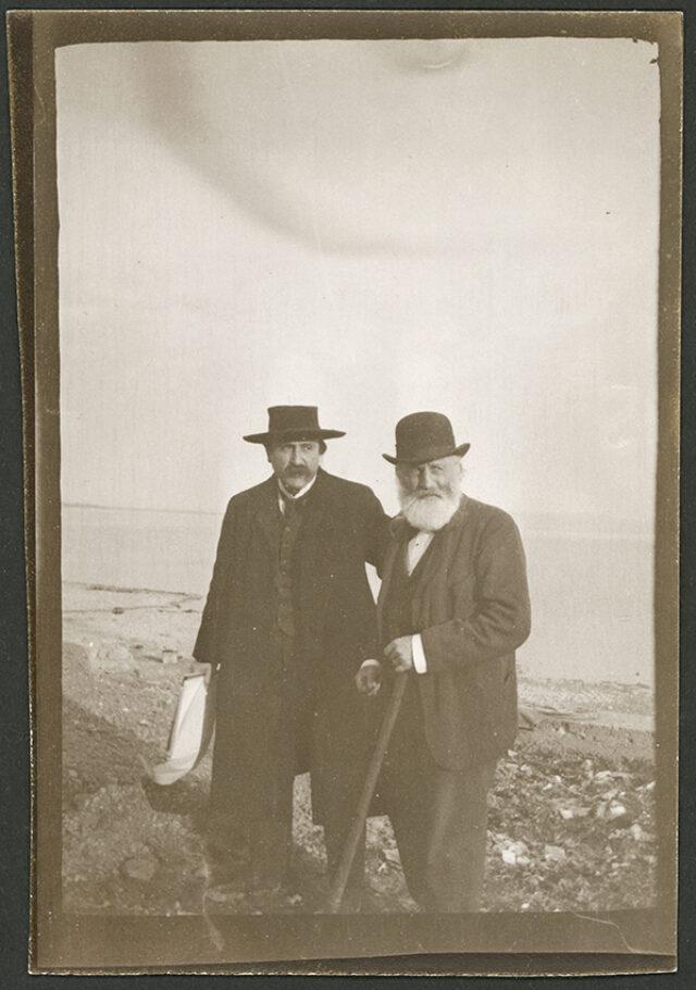 William et Guillaume Ritter au bord d'un lac [Neuchâtel ?]