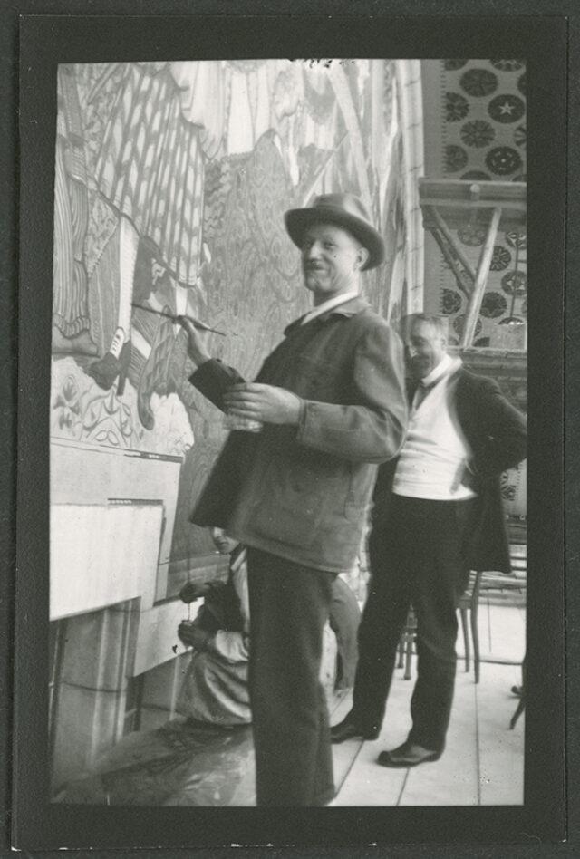 Ernest Bieller travaillant à la fresque de l'Hôtel de ville du Locle avec William Ritter à ses côtés