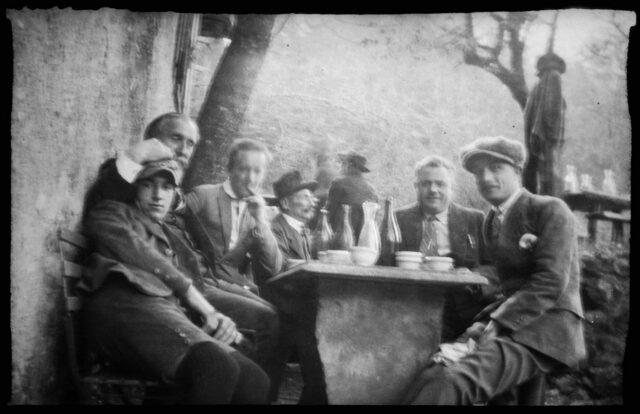 William Ritter et un groupe d'hommes non identifiés attablé dans un grotto tessinois
