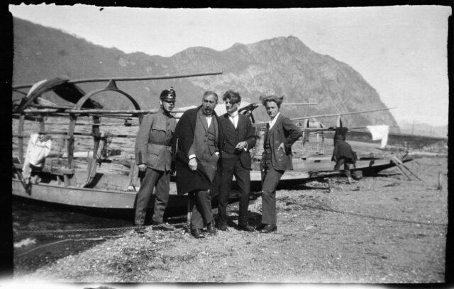 Un militaire, William Ritter, Janko Cadra et Josef Tcherv au bord d'un lac au Tessin