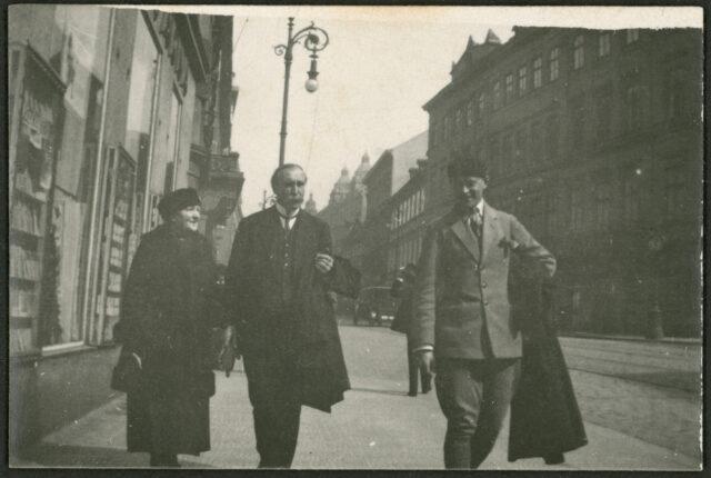William Ritter, Josef Tcherv et une femme non identifiée marchant dans la rue