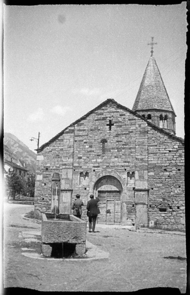 [Janko Cadra ?] et [William Ritter ?] observant une église depuis l'extérieur
