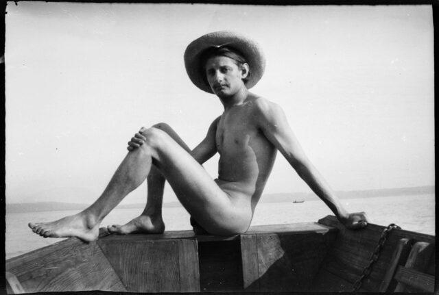 Janko Cadra assis, nu, dans une barque