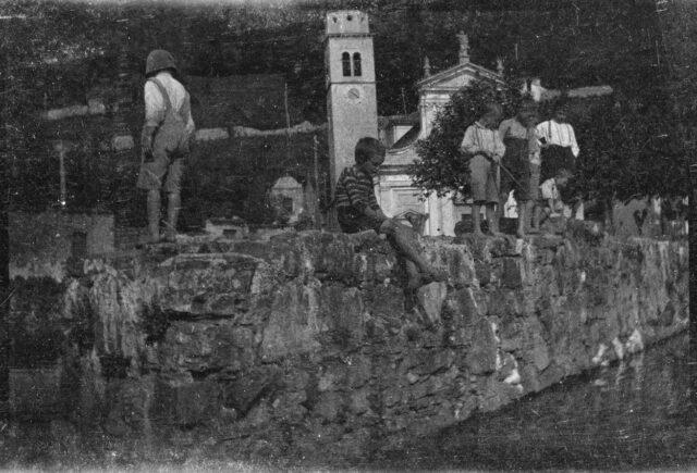 Enfants sur un muret à Bissone