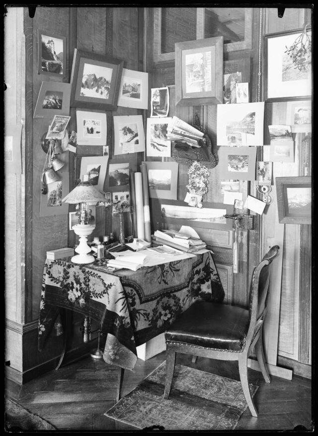 Vue intérieure d'une chambre décorée par diverses photographies