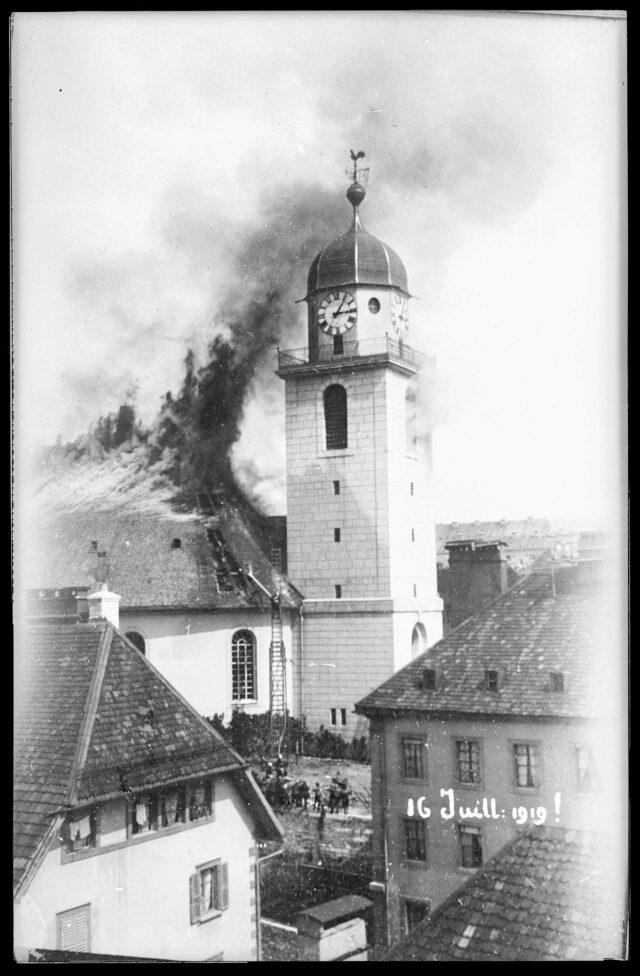 Vue extérieure de l'incendie du Grand Temple de La Chaux-de-Fonds